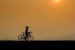 Sirva el montar a caballo en un rastro con su bici Imagen de archivo libre de regalías