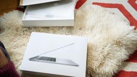 Sirva el nuevo favorable ordenador portátil unboxing 15 de Apple MacBook metrajes