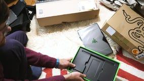 Sirva el nuevo ordenador portátil unboxing de la cautela de la cuchilla de Razer del videojugador enviado por la prima del Amazon almacen de metraje de vídeo