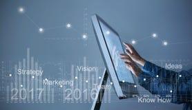 Sirva el ordenador del uso, estadística del gráfico de la pantalla táctil de la mano del hombre de negocios imágenes de archivo libres de regalías
