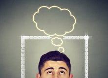 Sirva el pensamiento fuera de la caja con la burbuja del pensamiento sobre la cabeza Imagen de archivo libre de regalías
