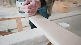 Sirva el proceso de la madera con el router en un taller almacen de video