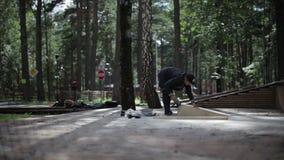 Sirva el pulido las mercancías de la madera en el skatepark almacen de metraje de vídeo