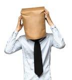 sirva el recubrimiento de su cabeza usando una bolsa de papel Fotografía de archivo