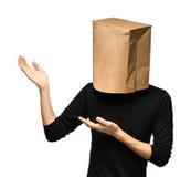sirva el recubrimiento de su cabeza usando una bolsa de papel Fotografía de archivo libre de regalías