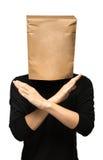 sirva el recubrimiento de su cabeza usando una bolsa de papel Brazos cruzados Imágenes de archivo libres de regalías