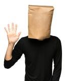 sirva el recubrimiento de su cabeza usando una bolsa de papel cinco Imagenes de archivo