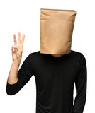 sirva el recubrimiento de su cabeza usando una bolsa de papel tres Foto de archivo
