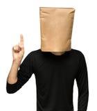 sirva el recubrimiento de su cabeza usando una bolsa de papel uno Imágenes de archivo libres de regalías
