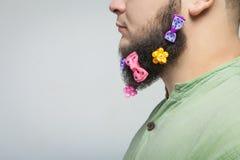 Sirva el retrato con las pinzas de pelo en la barba Imagen de archivo libre de regalías