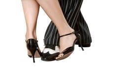 Sirva el ` s y los pies femeninos que bailan el tango aislado con las trayectorias de recortes Foto de archivo