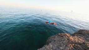 Sirva el salto apagado del acantilado y de las zambullidas en el mar Mediterráneo metrajes