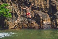 Sirva el salto del acantilado en el agua Forma de vida de la diversión del verano Foto de archivo libre de regalías