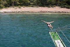 Sirva el salto en el mar Foto de archivo libre de regalías