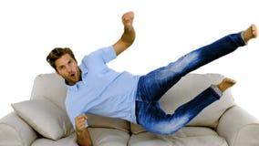 Sirva el salto en el sofá en el fondo blanco almacen de metraje de vídeo