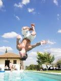 Sirva el salto en piscina Fotografía de archivo
