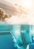 Sirva el salto en piscina imágenes de archivo libres de regalías