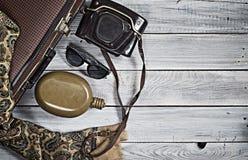 Sirva el sombrero del ` s y los accesorios retros para el viaje en un wo pintado blanco Fotos de archivo libres de regalías