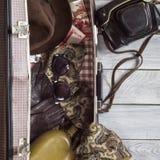 Sirva el sombrero del ` s y los accesorios retros para el viaje en un wo pintado blanco Fotografía de archivo