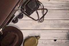 Sirva el sombrero del ` s y los accesorios retros para el viaje en un wo pintado blanco Imagen de archivo