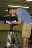 Sirva el taping con la cámara de vídeo Imagen de archivo libre de regalías