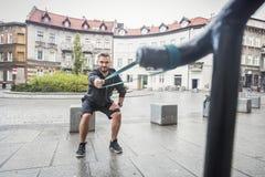 Sirva el tono de su cuerpo en un entrenamiento al aire libre de la ciudad Foto de archivo