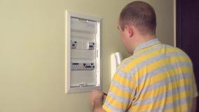 Sirva el trabajo al disyuntor eléctrico en propia sala de estar 4K almacen de metraje de vídeo