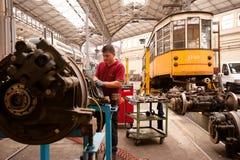 Sirva el trabajo en un depósito de la atmósfera de la tranvía en Milano Foto de archivo libre de regalías