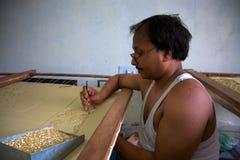 Sirva el trabajo en un taller del comercio justo en Agra Foto de archivo