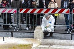 Sirva el trabajo para restaurar el daño hecho por el gamberro después del choque en pasos españoles Imagen de archivo