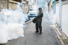 Sirva el trabajo que se empaña para eliminar el mosquito y el virus del zika Imagenes de archivo