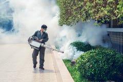 Sirva el trabajo que se empaña para eliminar el mosquito y el virus del zika Fotografía de archivo