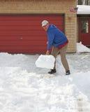 Sirva el traspaleo de nieve Imagen de archivo libre de regalías