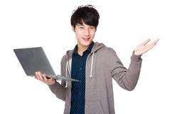 Sirva el uso del ordenador portátil y abra la palma de la mano Foto de archivo