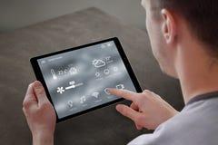 Sirva el uso del uso para el control casero elegante en la tableta imágenes de archivo libres de regalías