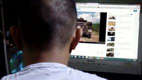 Sirva el vídeo de observación que fluye en Internet, una preocupación y la obsesión de la generación contemporánea numerosa metrajes