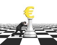 Sirva empujar ajedrez del dinero de la moneda euro de oro Fotos de archivo libres de regalías