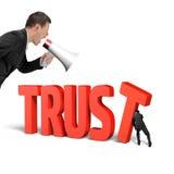 Sirva empujar T para la confianza así como otro grito Fotografía de archivo