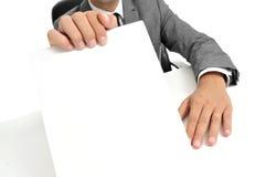 Sirva en el traje que sostiene un letrero en blanco Imagen de archivo libre de regalías