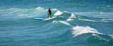 Sirva encendido se colocan para arriba de batimiento en paraíso de las personas que practica surf Foto de archivo