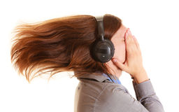 Sirva escuchar la música mp3 que se relaja divirtiéndose Fotos de archivo libres de regalías
