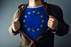 Sirva estirar la chaqueta para revelar la camisa con la bandera de unión europea imágenes de archivo libres de regalías