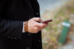 Sirva hablar en el teléfono en la ciudad Imagen de archivo libre de regalías