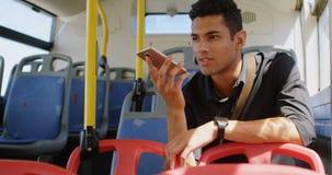 Sirva hablar en el teléfono móvil en el autobús 4k metrajes
