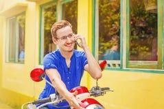 Sirva hablar en su teléfono en la calle Fotos de archivo libres de regalías