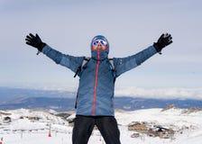 Sirva hacer la muestra de la victoria después del logro máximo del senderismo de la cumbre en montaña de la nieve en paisaje del  Fotos de archivo libres de regalías