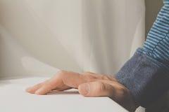 Sirva inclinarse y pone sus manos abajo en el fondo blanco del paño Fotos de archivo libres de regalías