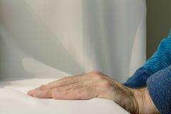 Sirva inclinarse y pone sus manos abajo en el fondo blanco del paño Imagen de archivo