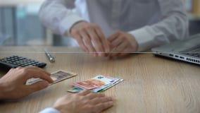 Sirva intercambiar los yenes japoneses para el euro, transacción de moneda, servicio del cambiador metrajes