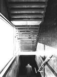 Sirva ir abajo de las escaleras en el edificio de oficinas Imagen de archivo